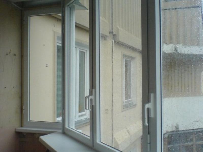 Остекление балкона алюминиевым распашным.